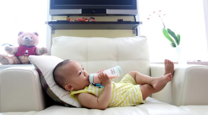 Baby-Plastic-Bottle-and-Glass-Bottle-Which-Is-Great-on-civicdaily